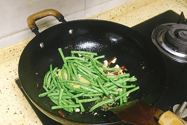 餐馆必点的豆角烧茄子原来这么简单第七步