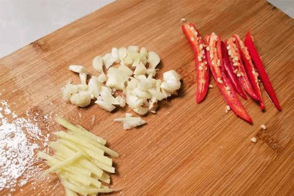 下飯菜的升級吃法——榨菜炒肉絲第三步