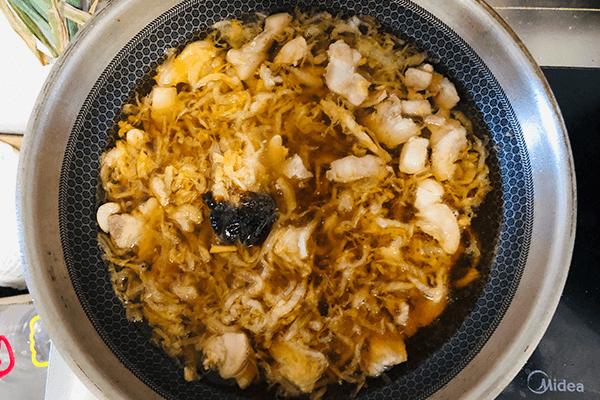 家里人都愛吃的酸菜燉粉條,湯都不會剩第六步