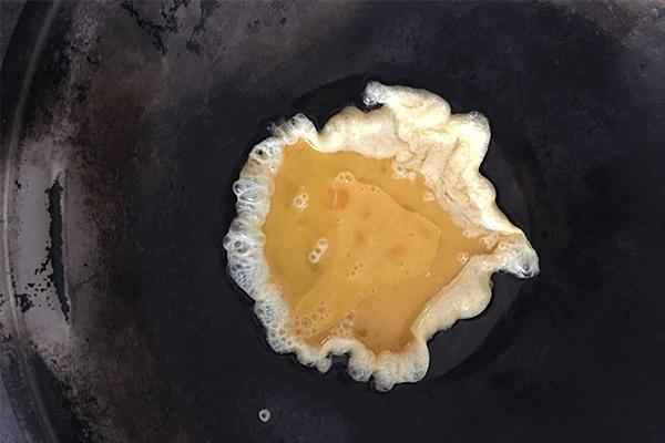胡萝卜炒蛋给小孩补充最全面的营养第三步