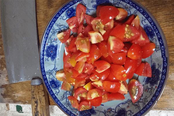 很多厨房小白第一道学做的菜:小西红柿炒鸡蛋第二步