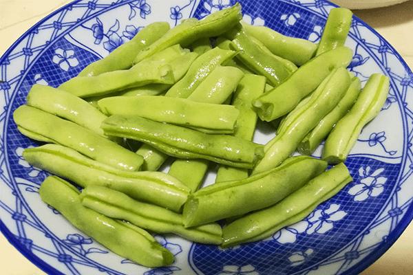 跟我做的干煸四季豆香味能飘到隔壁,不仅好吃又能下饭第一步