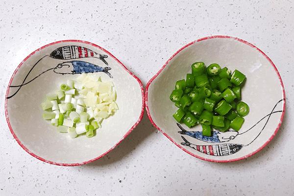 低油低盐的炒豆腐,老人小孩都能吃第三步