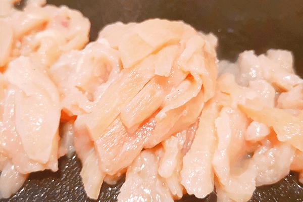 必学的家常小菜:青椒肉丝第一步