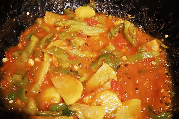 家常小菜番茄土豆,能吃兩碗飯第六步