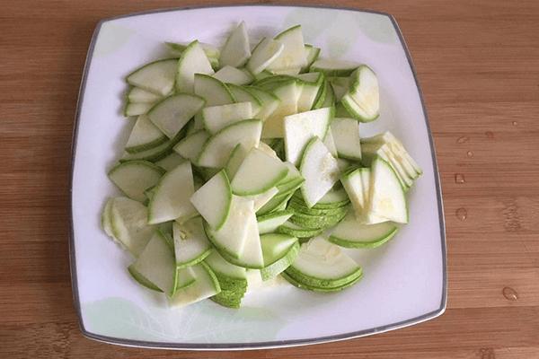 家常清爽小菜——西葫蘆炒雞蛋第一步