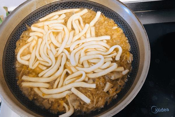家里人都爱吃的酸菜炖粉条,好吃得汤都不会剩第七步