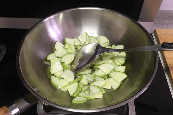 家常清爽小菜——西葫蘆炒雞蛋第五步