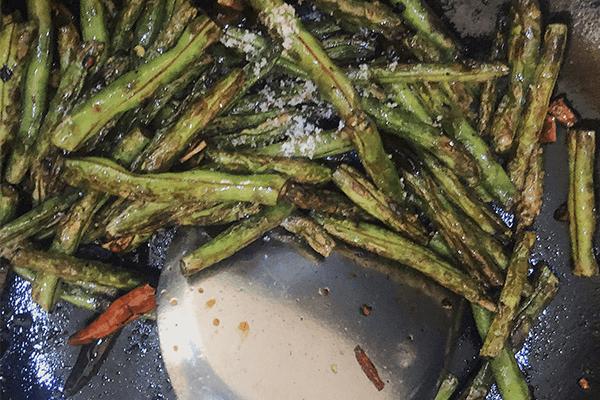 简单几步就能在家做出餐馆味道的干煸豇豆第六步