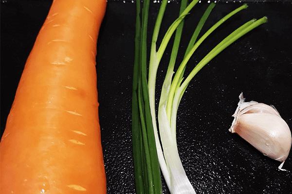 补充维生素,素炒胡萝卜第一步