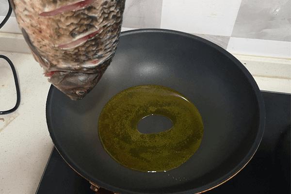 營養不失美味的鯽魚豆腐湯第三步