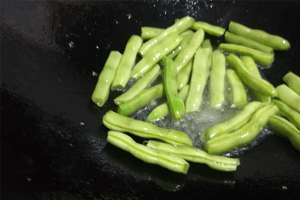 跟我做的干煸四季豆香味能飘到隔壁,不仅好吃又能下饭第五步