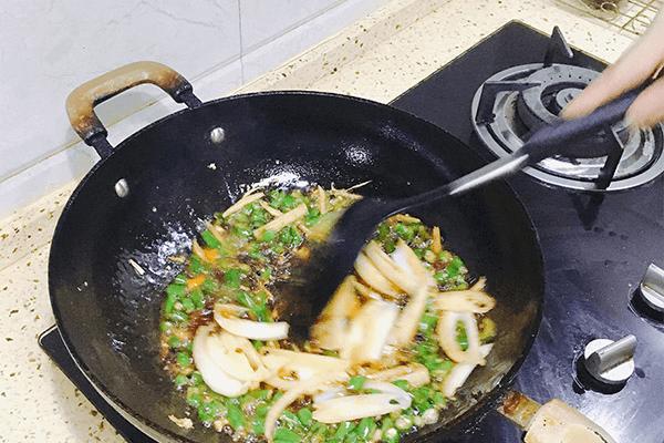 青椒味的麻辣兔丁,滿口都是清香第七步