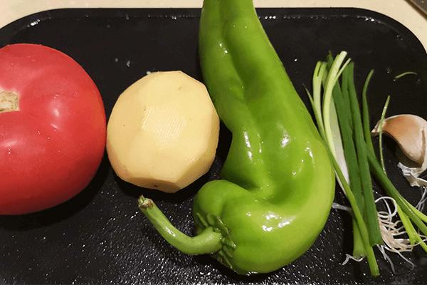 家常小菜番茄土豆,能吃兩碗飯第一步