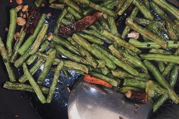 简单几步就能在家做出餐馆味道的干煸豇豆第五步