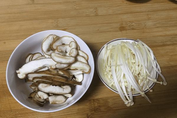 鲜到掉舌头的香菇汤原来这么简单,做好之后下饭下面都可以第三步