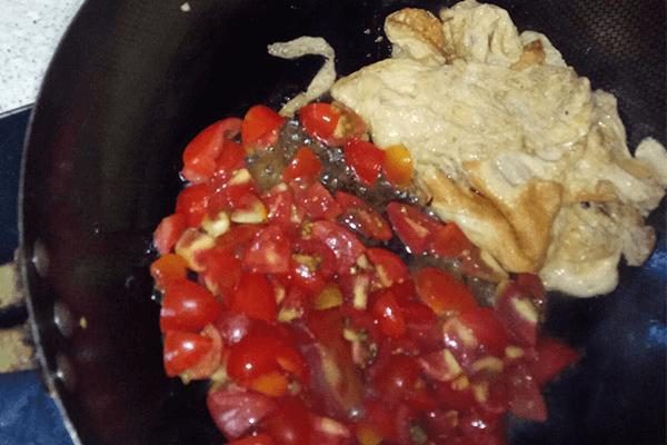 很多厨房小白第一道学做的菜:小西红柿炒鸡蛋第六步