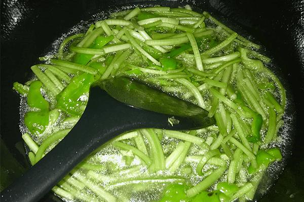 想吃清淡一點就試試別樣的炒番薯藤第五步