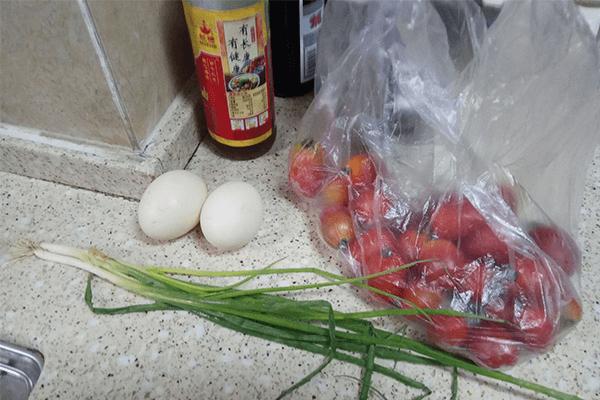 很多厨房小白第一道学做的菜:小西红柿炒鸡蛋第一步