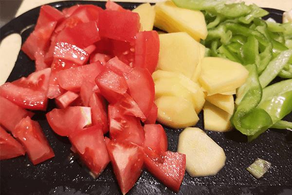 家常小菜番茄土豆,能吃兩碗飯第二步