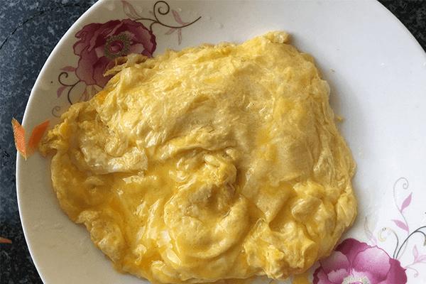 胡萝卜炒蛋给小孩补充最全面的营养第四步
