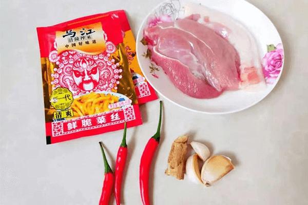 下飯菜的升級吃法——榨菜炒肉絲第一步