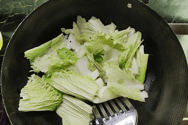 炒包菜最大众的做法,学会这一招,就能举一反三,学会炒白菜!第五步