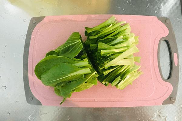 加點青菜炒香菇,美味出乎意料第三步