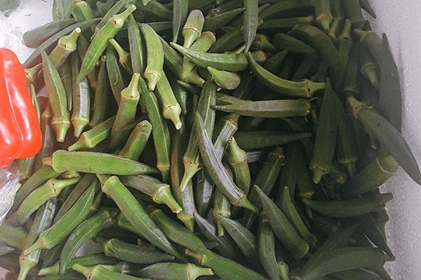 用鮮椒涼拌秋葵,保證一粒蒜和辣椒都不得浪費第一步