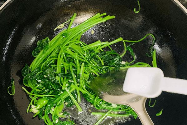清炒菠菜加根青椒,好吃得小孩在都不会挑食了第七步