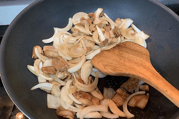 家常美味:洋葱炒肉第六步