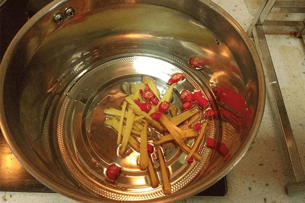 加点小米椒做清炒芦笋,美味又减脂第四步