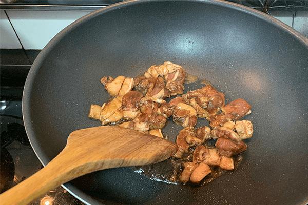无论拌饭还是盖饭都超好吃的洋葱炒肉,看我的做法分分钟上手第四步