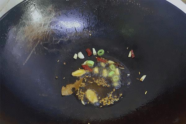 味道能秒杀干锅的红烧土豆片,厚切的土豆片对刀工没有任何要求第三步
