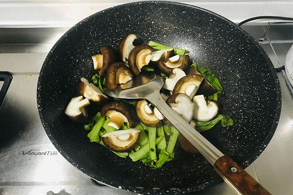 加點青菜炒香菇,美味出乎意料第六步