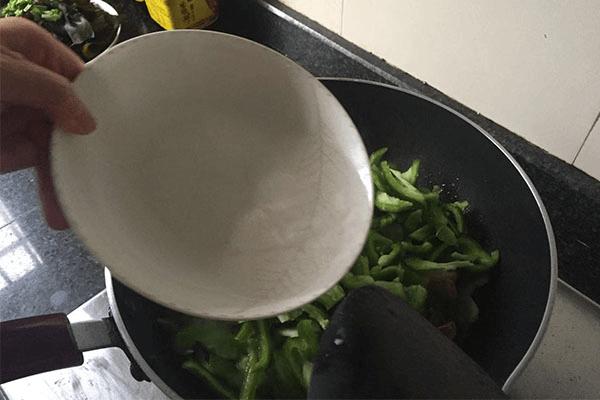 用青椒炒鱿鱼家常又好吃,鲜味和香味超浓!第三步