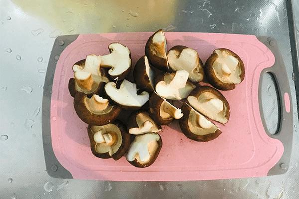加點青菜炒香菇,美味出乎意料第二步
