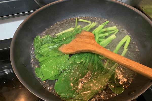 一道簡單的香菇菜心,鮮嫩和鮮嫩的疊加是美味和美味的加倍第四步