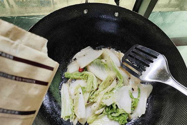 炒包菜最大众的做法,学会这一招,就能举一反三,学会炒白菜!第六步
