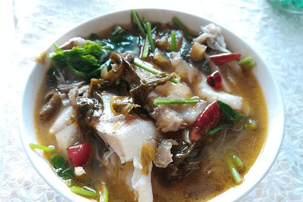 这样做的出来的酸菜鱼不仅能吃鱼还能喝汤,酸辣的味道泡饭才香!第七步
