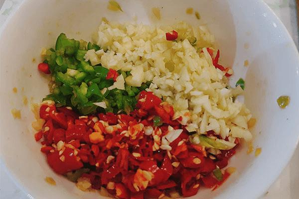 用鮮椒涼拌秋葵,保證一粒蒜和辣椒都不得浪費第五步