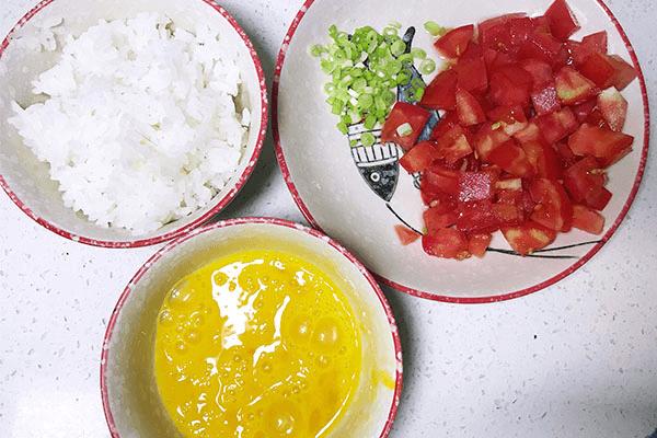 番茄炒蛋的终极下饭之法:番茄蛋炒饭,酸香开胃不浪费一粒米第五步