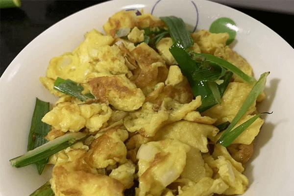 家里除了雞蛋就只剩大蔥?別怕,大蔥炒蛋一樣好吃第七步