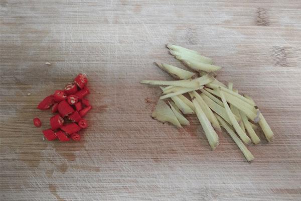加点小米椒做清炒芦笋,美味又减脂第三步