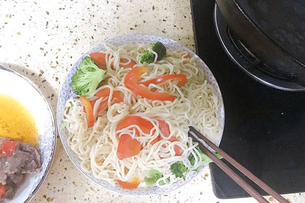 入门级西式料理:黑胡椒虾仁海鲜意面第六步