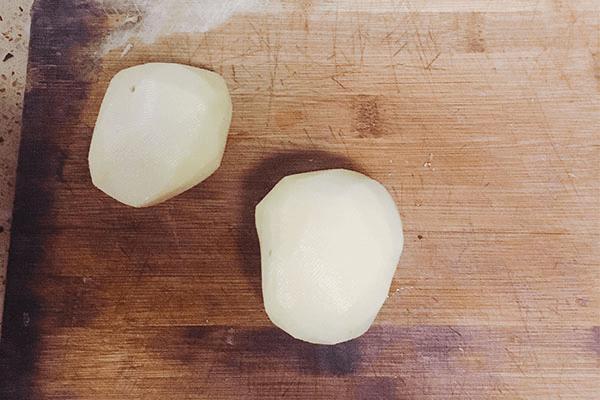 土豆丝不要再炒着吃了,做成土豆饼,既能当主食又能当零食吃!第一步