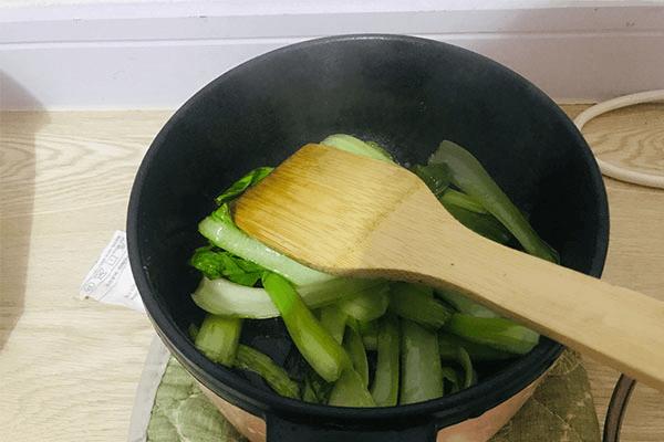 一个人不想做饭?试试青菜鸡蛋面,回家五分钟就能开饭!第二步