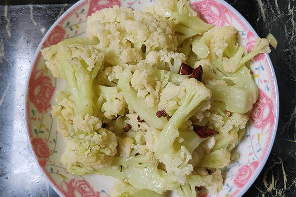不容小看的清炒菜花,加两根辣椒就能让它更好吃!第七步