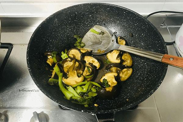 加點青菜炒香菇,美味出乎意料第七步