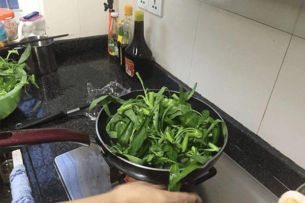綠色蔬菜里面絕對不能少的炒空心菜,做法超簡單,2分鐘就能學會第四步